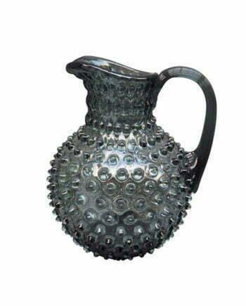 Karaff som rymmer 2 liter med ett taggigt utseende, munblåst av grått glas