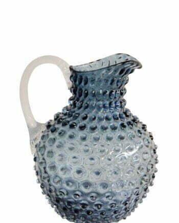 Karaff som rymmer 2 liter med ett taggigt utseende, munblåst av gråblått glas