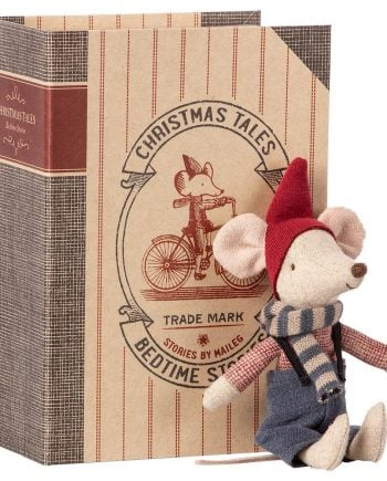 Maileg Christmas Mouse in book pojke