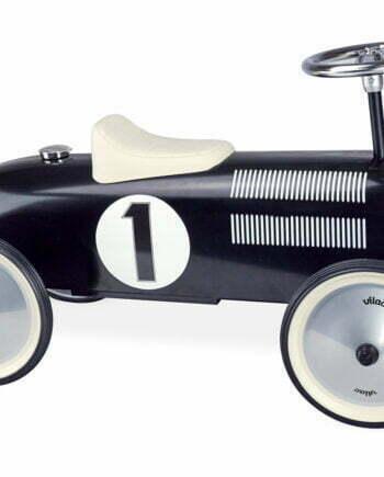 Gåbil eller sparkbil för barn av plåt från Vilac. Bilen är svart med en vit sadel och silvrig ratt. Bilen har ett racenummer på sidan och har ett retroinspirerat utseende.