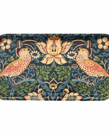 Avlång bricka, 42 centimeter lång. Brickan har ett blått mönster av den kända konstnären William morris. Mönstret är vackert med fåglar, blommor och jordgubbar.