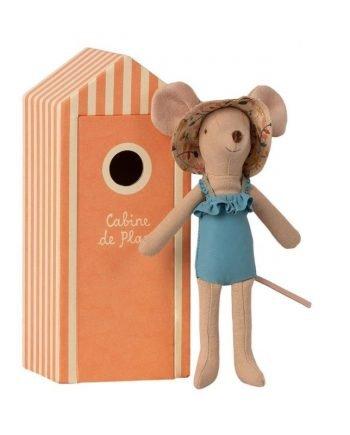 En liten leksaksmus av bomull utsmyckad med baddräkt och solhatt,. Ett aprikosrandigt litet strandhus av papp medföljer.