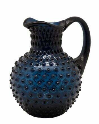 Karaff som rymmer 2 liter med ett taggigt utseende, munblåst av mörkblått glas