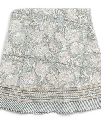 Rund duk 220cm i diameter. Duken är gjord av bomull med ett handtryckt blommigt mönster i ljusblått och beige.