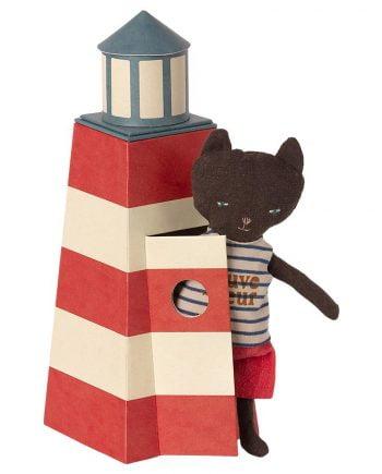 Liten fyr av papp med en katt nalle som är utrustad som badvakt.