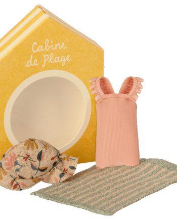 Små kläder åt mössen från Maileg. Setet innehåller en rosa baddräkt med volang, en blommig solhatt och en blå randig handduk.