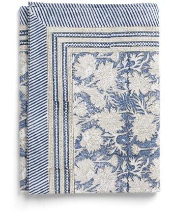 Handtryckt duk från Chamois. Duken är blommig i blått och vitt.