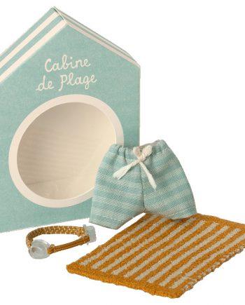 Små kläder åt mössen från Maileg. Setet innehåller ett par blå randiga badshorts ett par simglasögon och en gul randig handduk.