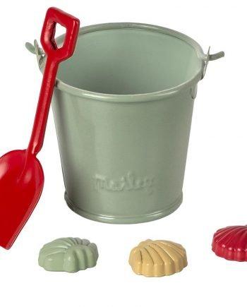 mintgrön hink av plåt, röd spade och tre små snäckor att göra sandkakor med. Leksakerna är av miniatyr och är till för dockhus.