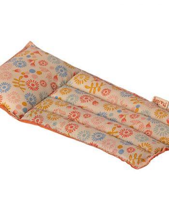 Luftmadrass av blommig textil från Danska maileg. Luftmadrassen är en leksak och är inte vattentät.