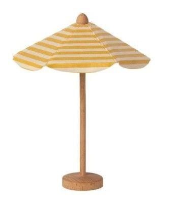 Gul randigt parasoll av textil med fot av trä från danska maileg.