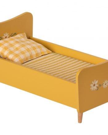 Gul träsäng som har handmålade vackra blommor i vitt, grönt och gult. Sängen har trärena ben. Sängen kommer med madrass, täcke och kudde i fina tyger av bomull och linne.