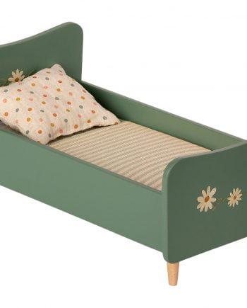 Mintgrön träsäng som har handmålade vackra blommor i vitt och gult. Sängen har trärena ben. Sängen kommer med madrass, täcke och kudde i fina tyger av bomull och linne.