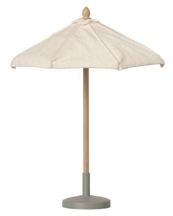 Leksaks parasoll från Maileg. Parasollet är av vit textil, stången av ljust trä och parasollfoten är gjord av ljusgrön metall.