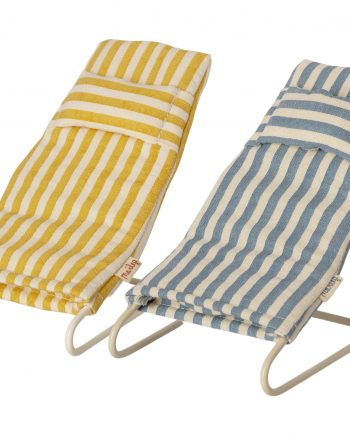 2-pack strandstolar från Maileg. Stolarna har en konstuktion av metall och dynor av bomull. Stolarna är avsedda för små leksaksnallar. Den ena stolen ärr vit och blå randig och den andra är gul och vit randig. De har även en skön liten nackkudde påsytt på varje stol.