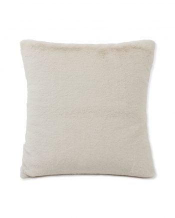Kuddfodral av vit fuskpäls gjort av återvunnen polyester och viskos. Kuddfodralet har en baksida av fleece med lexingtons logga i brunt läder nere i hörnet. Kuddofralet är 50x50 cm och försluts med hjälp av omlottstängning på baksidan.
