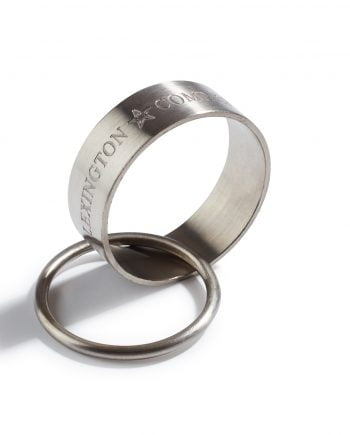 Servettring av smidd mässingsmetall som sedan pläterats med nickel för en tidlös design och vackra dukningar. Den silverfärgade servettringen pryds av varumärket och sitter ihop med en mindre ring som båda har en borstad, matt finish.