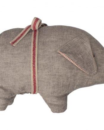 """Söt liten gris av grått linnetyg med en röd rosett runt sig. Grisen liknar lotta på bråkmakargatans """"Bamsen"""". Grisen kommer från Maileg."""
