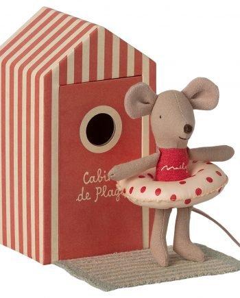 Lillasyster mus från Maileg är en nalle av bomull som har en grön randig handduk, en röd baddräkt på sig och en vit badring med röda prickar på. Lillasyster mus har även ett sött strandhus av papp som är röd och vit randigt.
