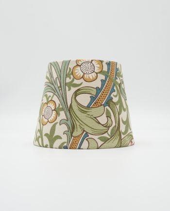 Lampskärm klädd med ett tyg från William Morris. Mönstret heter Golden Lily och har en beige botten, gula, gröna och blå blommor samt ett vackert bladverk.