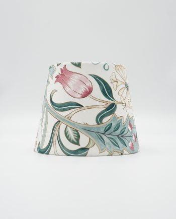 Lampskärm med tyg från William Morris. Tyget heter Wilhelmina Ivory och har en vit botten med ett vackert mönster av blommor och blad i turkost, grönt, beige och rosa.