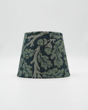 Lampskärm klädd med ett vackert tyg från William Morris. Tyget heter Oak och har en mörkblå botten med gröna ekblad.