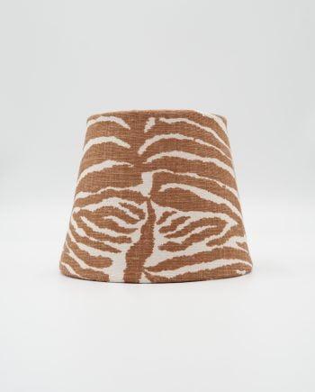 Lamspkärm med tyg från Brunschwig & Fils. Tyget är zebra mönstrat i vitt och brunt.