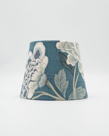 Lampskärm med tyg från GP & J Baker. Tyget har en petrolblå botten med hortensior och fåglar i grönt och vitt.