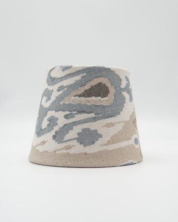 Lampskärm med tyg från GP & J Baker. Tyget heter Ikat Bokhara Sand och har en beige botten med mönster i blått och brunt
