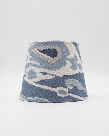 Lampskärm med tyg från GP & J Baker. Tyget är blått vitt och beige i olika toner.