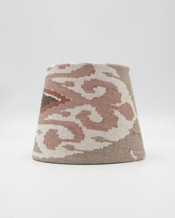 Lampskärm med tyg från GP & J Baker. Mönstret heter Ikat Bokhara och har en beige botten med mönster i brunt, vitt, beige och rostrött.