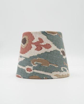 Lampskärm med tyg från GP & J Baker. Tyget har ett vackert mönster med färgerna petrolblå, beige, vitt, brunt och rosa