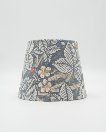 Lampskärm med ett William morris tyg på. Mönstret heter bramble och har en blå botten med björnbär och blad i beige grönt och gult.