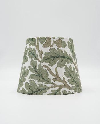 Lampskärm klädd med ett william morris tyg i mönstret Oak green. Tyget har en vit botten med gröna ekblad på.