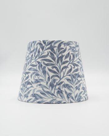 Handgjord lampskärm med Wim morris tyg på. Tyget heter Willow bough och är i färgen china blue. Tyget har vit botten och blå små blad.