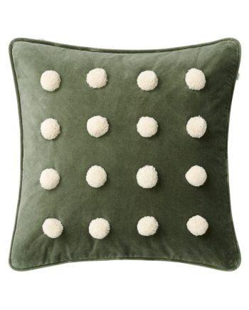Kuddfodral av grön sammet med paspoalkanter runt om. Kuddfodralet har 16 små bollar fastsytt på framsidan av mjuk ull i beige.