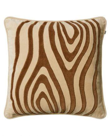 Kuddfodral mita är ett kuddfodral av bomulls sammet med beige botten, paspoalsömmar i beige runt och samt kontrasterande påsydda ränder i cognacsfärg.