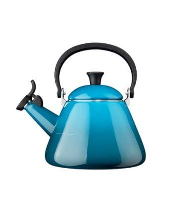 Vattenkokare i emaljerat stål i en blå ton som är mörkare i botten och tonas ut ljusare mot överdelen. Vattenkitteln har ett svart värmebeständigt handtag samt en vissla som tjuter när vattnet kokar.
