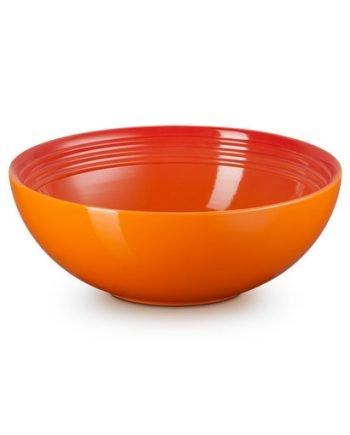 Skål av stengods från Le Creuset i färgen vulkan som är en orange-röd färg. Skålen tål både micro, frys, ugn och diskmaskin. Skålen har tre dekorativa ringar inuti.