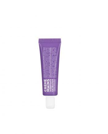 30 ml handcreme i en praktisk liten tub med snäpp-lock. Tuben är lila med vit text och handkrämen är vit och har en frisk doft av lavendel.