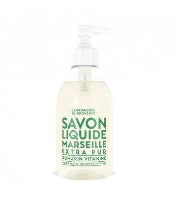 Tvål i pumpflaska av plast från Savon de marseille. Flaskan är genomskinlig med grön text och vit pump. Tvålen är renande och återfuktande och har en frisk doft av rosmarin och grapefrukt